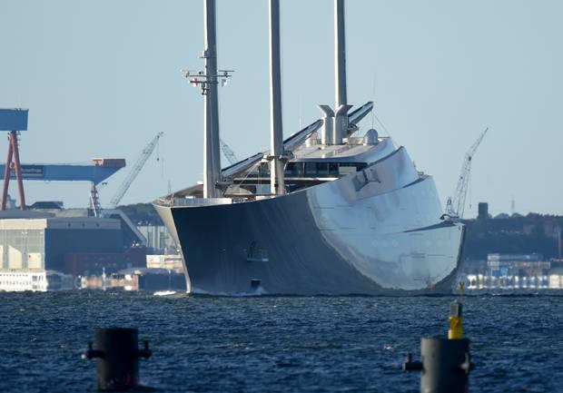 Bliver man søsyg af at befinde sig på vandet på Sailing Yacht A, er der ingen panik. Verdens største sejlbåd er nemlig leveret med en ubåd, så man kan dykke en tur under havoverfladen. Foto: Carsten Rehder/picture-alliance/dpa/AP Images.