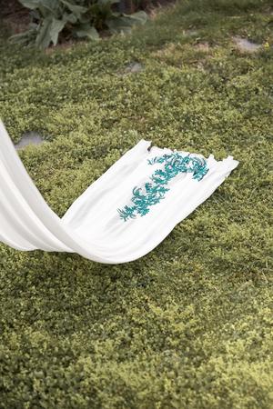 cola de gasa bordada amano con detalles verdes