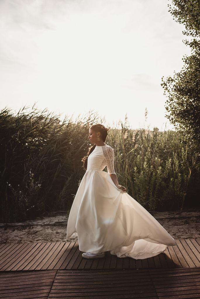 la novia caminando por el campo