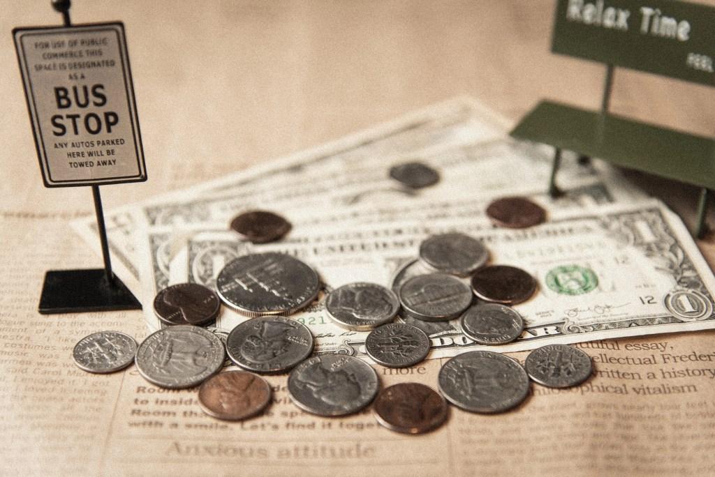 お金がバスストップに止まっている写真