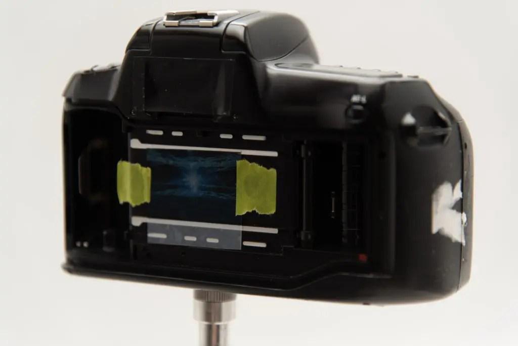 自作フィルムをカメラに付けたところ。横幅がピッタリすぎる
