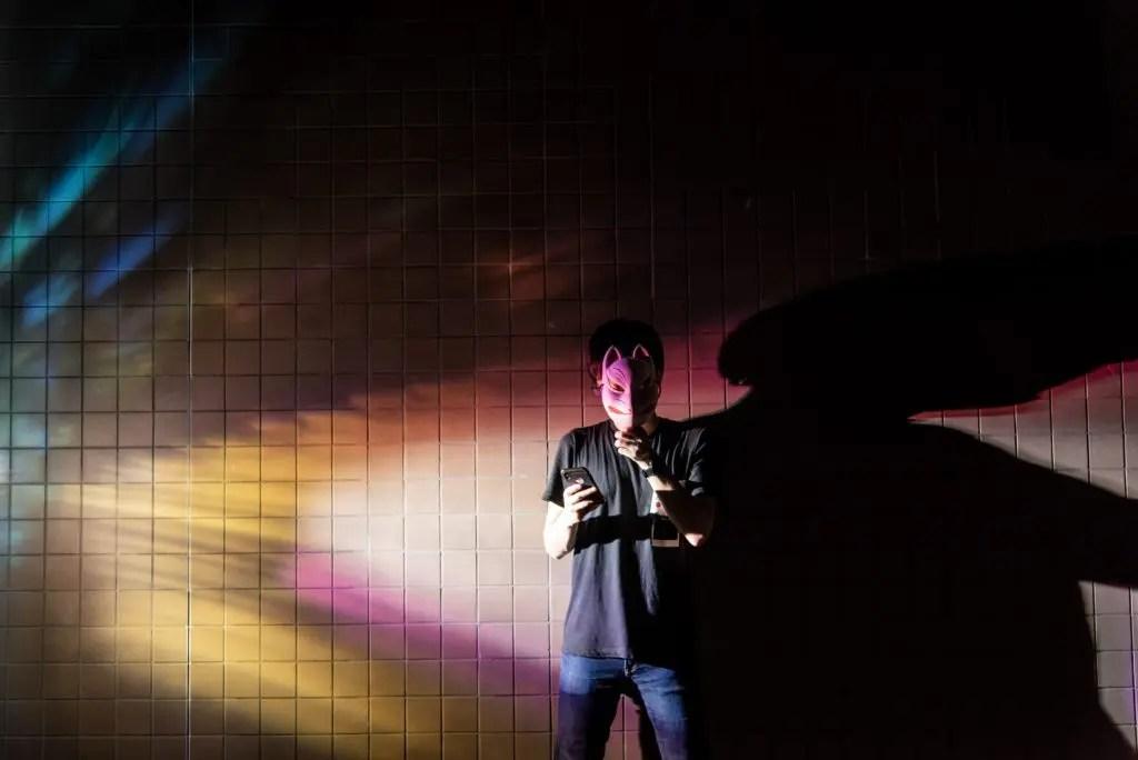真横からストロボ発光 カラフルな虹色に!