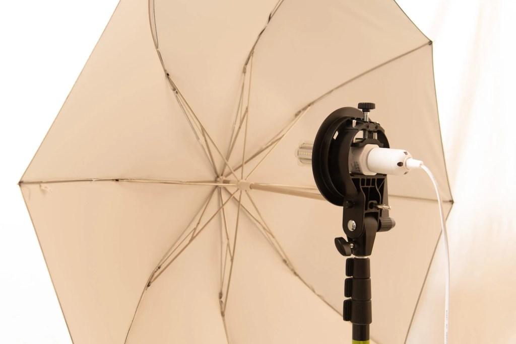 まずはアンブレラホルダーにLEDライトと電源ソケットを組み合わせて…