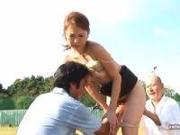 奥様が男達に調教されながらノーパンでバイブを入れながら野外プレイで感じてしまう綺麗な奥様動画