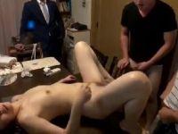 家事に追われながら10人の息子達の性処理をしていく人妻熟女の動画