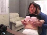 モザイク処理の会社にアルバイトで来た六十路熟女がAVを見て発情していく人妻熟女の動画