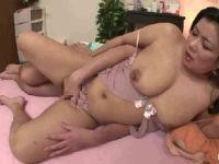 豊満な爆乳熟女が赤ちゃんプレイでおまんこを濡らしていく人妻熟女の動画