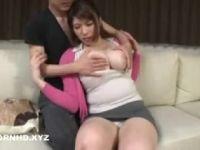 豊満な爆乳の妻が夫の連れ子におっぱいを揉まれて発情していく人妻熟女の動画