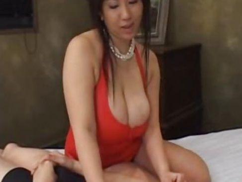 爆乳な四十路熟女の友人の姉が童貞男に優しくセックスを教えちゃう爆にゅう動画yu-tyubu おばさん
