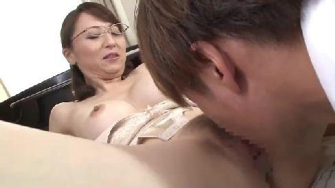 エロい体の敏腕家庭教師が生徒達におまんこを見せ付け性教育していく人妻熟女の動画