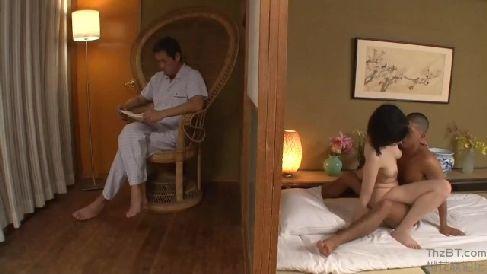 美人な母が隣に旦那が居る側で息子と近親相姦しながらスリルを味わう淫乱な人妻熟女動画
