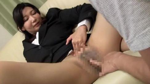 むっちり体型の生保レディーがノーパンで誘惑して枕営業していく熟女セックス動画