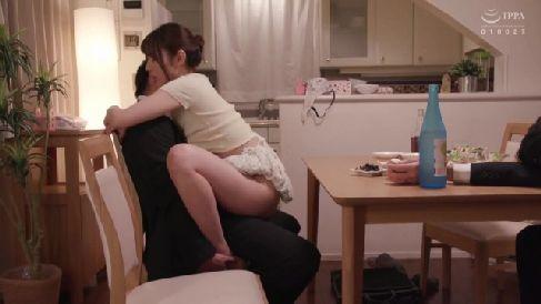 美人な若妻が強制勃起させて淫乱に腰を振る熟女セックス動画