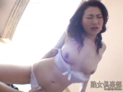 昭和の香りをさせてる三十路美熟女が濃密セックスで妖艶に喘ぐ!締まりの良いおまんこをハメまくって大量発射してるjyukujo動画