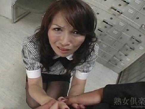 鬼畜上司の性奴隷に成り下がってる四十路美熟女OLがフェラチオ抜きやオナニーをさせられてるおばさんの動画