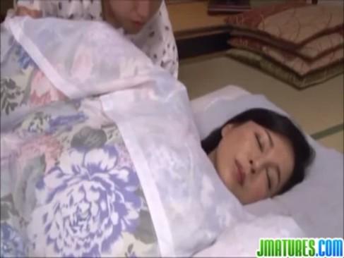 熟睡中の四十路熟女母が変態息子に夜這いをされて受け入れちゃう!笑顔でチンポをフェラチオしてる近親相姦動画