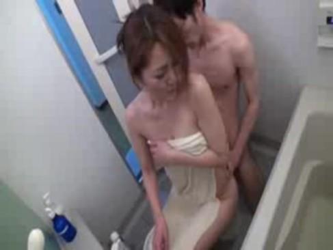 義息にチンポを押し付けられて発情した四十路熟年女ひとずま!旦那に隠れてセックスしてる近親相姦動画