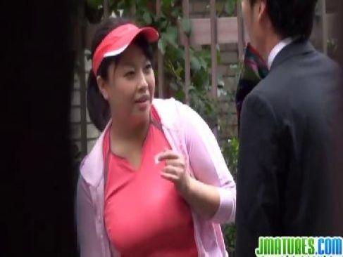 ダイエットの為にジョギング中のデブ系爆乳熟女をナンパしておめこをたっぷりと突く田舎のおばさん動画無料