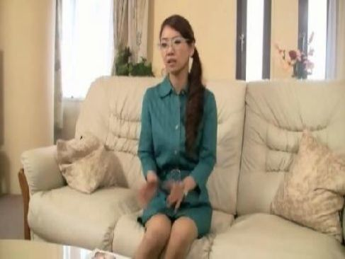 メガネ姿の30代の美熟女妻がアダルトビデオに出演して激しい性行為をしてるおめこなjyukujo おばさん無料動画