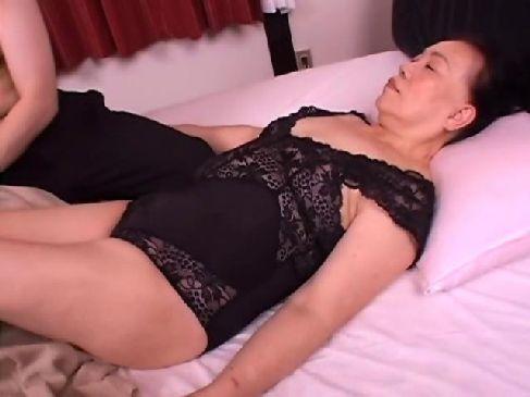 還暦の完熟したおばあさんがポルノビデオ出演して激しいセックスで大興奮してるjyukujo動画画像無料