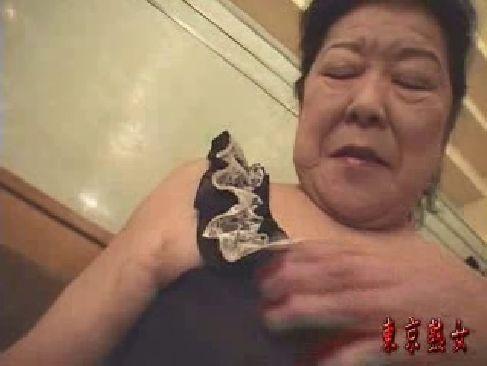 70歳を過ぎた超熟した普通のおばあさんがおめこや陰核を弄られ感じてるjyukujo動画画像無料