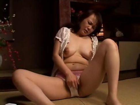 昭和の50代の熟女人妻が夫婦の生活の回数が減りおまんこを自慰で弄る無臭せい動画おばさん