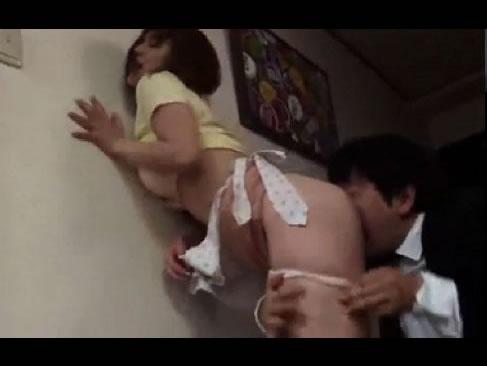 夫の親友に犯される巨乳の若妻動画!激しく抵抗するもビクビク反応しちゃう敏感な人妻レイプ動画