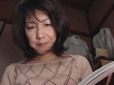 普通の六十路熟女母が夜這いされ近親相姦の快感に喘いでる日活 無料yu-tyubu