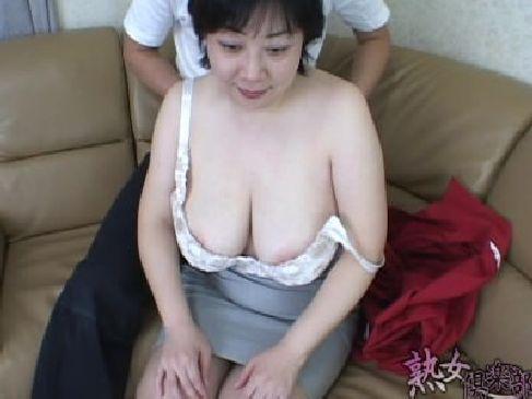 地味系の爆乳おばさんがAV出演!緊張しているのか表情は強張っているがお構いなしで豊満ボディを弄るjyukujo動画