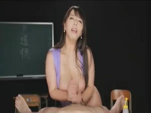 美熟女系AV女優の村上涼子が笑顔でチンポを手コキ攻め!何度も寸止めして楽しんでるjyukujo動画