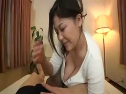 豊満完熟系女優の櫻井夕樹が笑顔で楽しそうにチンポを手コキにフェラチオからパイズリしてるjyukujo動画