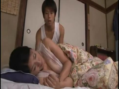熟睡中の五十路熟女母が息子にエッチな悪戯をされる!おまんこにチンポを擦り付けられちゃってるjyukujo動画画像無料
