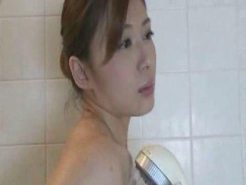 妖艶な色気がある三十路熟女がシャワーを浴びながらおまんこを弄ってるじュクじょ kiss