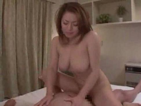 中高年の夫婦の営みで豊満な体を揺らし腰を振る四十路熟女妻のjyukujomania.com