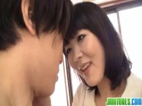 息子の友達を誘惑して強引に肉体関係を迫って肉棒を口淫する50歳の美熟女妻のjyukujo無料