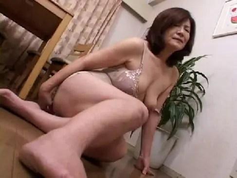 完熟したおばあさんが視姦されながらおまんこを弄り自慰で絶頂してる塾女性雑誌動画70代megane
