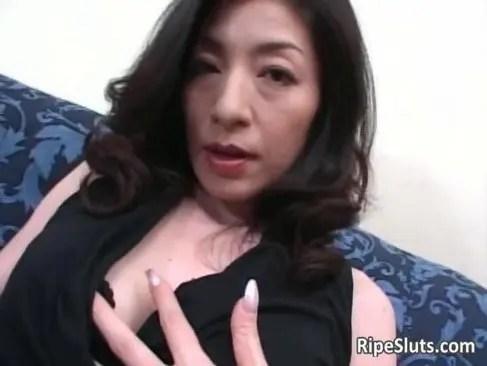 夫のチンポに飽きてポルノビデオに出演する50代の熟女おばさんの日活 無料yu-tyubu