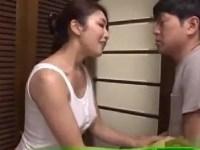 娘婿が義理の母の入浴を覗き見してオナニーしてるのを見つけ、フェラ抜きを手伝ってあげるzyukuzyob