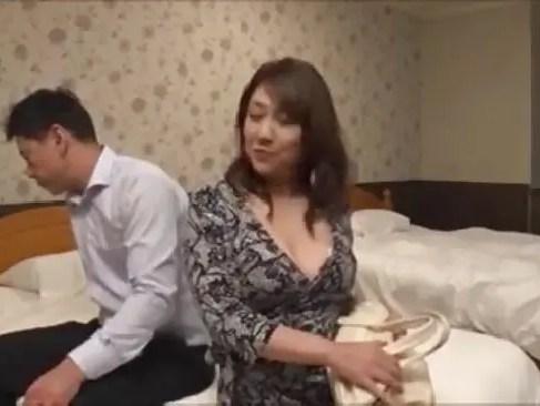 熟女デリヘルで働く四十路熟女が昼間は会社で昇格話が無くなった事の逆恨みで男を拘束しながら脅してセックスしちゃう爆にゅう動画yu-tyubu おばさん