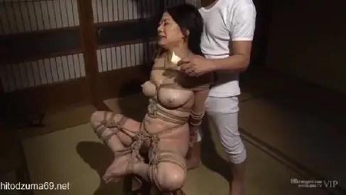 義父に軟禁され調教されていく美乳な未亡人の熟女動画