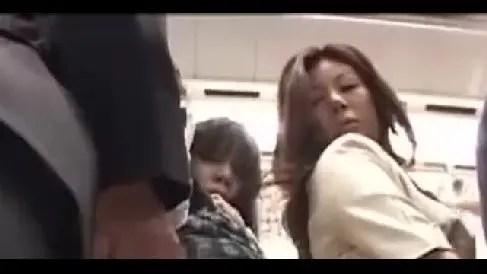 満員電車で痴漢される女性を見て欲情し自らお尻を差し出す淫乱な人妻熟女の動画