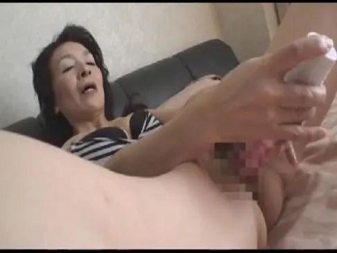 70歳から性欲に目覚めた貧乳老婆が乾かないおめこに男性器を挿入して中出しさせるおばさんの動画70代無料