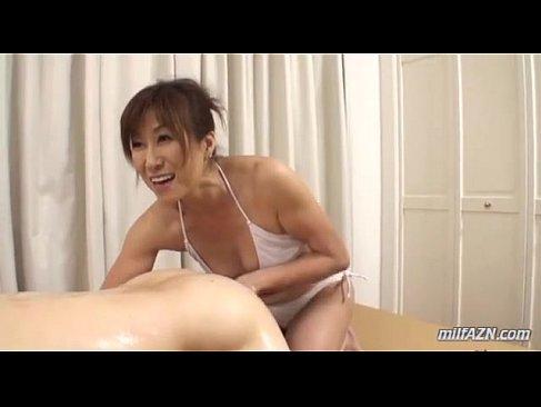 60歳のおばあさんが水着姿で前立腺攻め手コキで男の反応を愉しんでる熟女性誌 結合無料写真