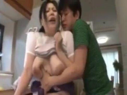 豊満な義母が娘婿におまんこを弄られビクビク感じちゃう人妻熟女の動画