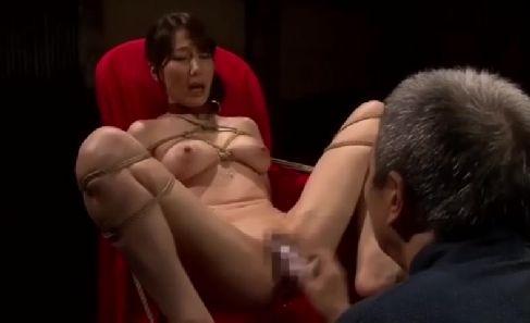 義父の変態な性癖に調教されておまんこを濡らす美人な熟女の動画