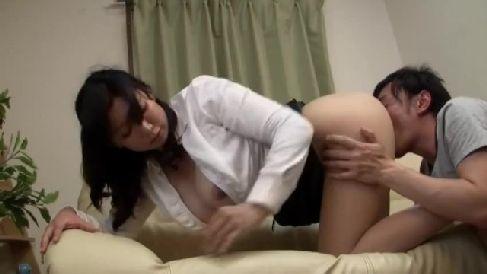 豊満な生保レディーがノーパンで誘惑していく熟女セックス動画