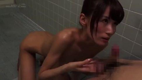 欲求不満な美人の義母が息子の勃起したちんこに我慢出来ず上に跨り腰を振る熟女セックス動画