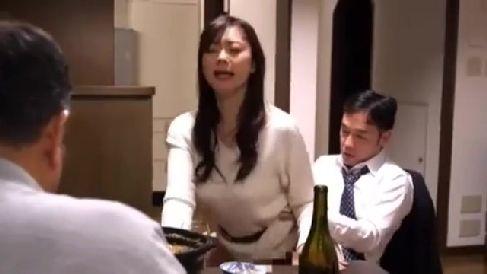 寝取られ願望のある夫が妻を部下に抱かせ夫に見られながら興奮していく人妻の熟年女性動画