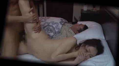 夫の居るすぐ隣で義兄に夜這いされ喘ぎ声を堪えながら感じていく人妻の熟年女性動画