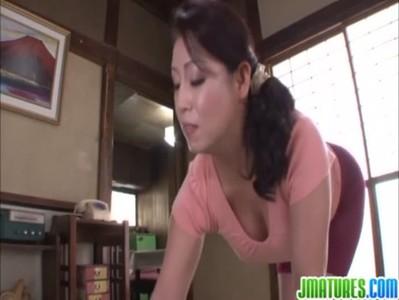 熟女系AV女優の愛矢峰子がスパッツ姿でセックスしてるおばさんの動画